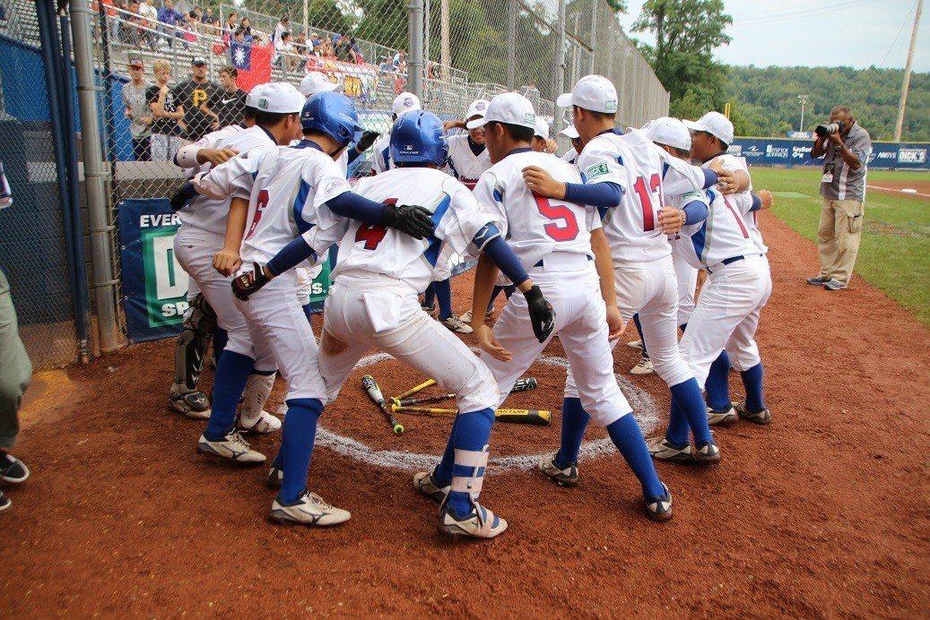 中華隊完成史上首次小馬聯盟青棒、青少棒、少棒「三冠王」。 世界日報