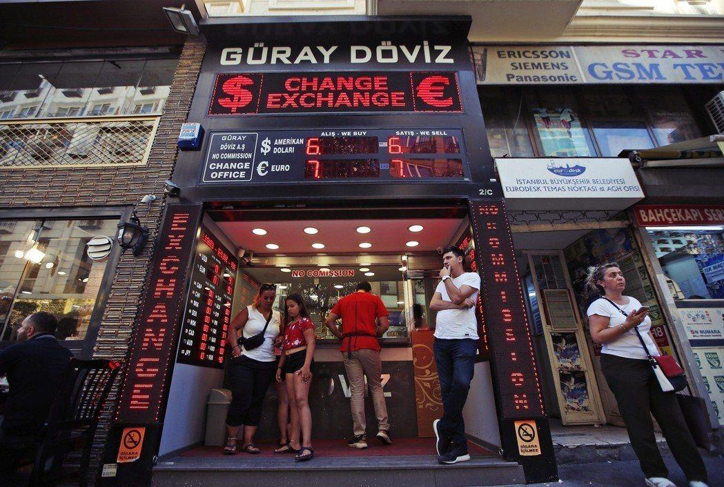 「這些投機客不配當土耳其人!國家有困難,居然還在意那幾十里拉的利益!」 圖/美聯...