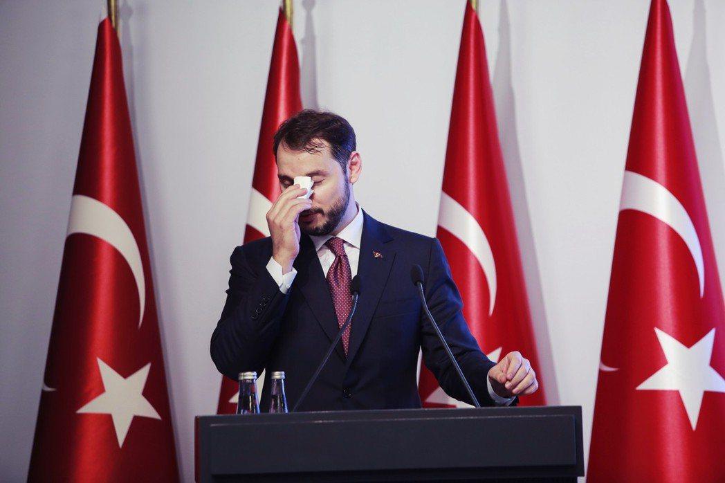 財政部長阿爾巴伊拉克被土耳其人民叮得滿頭包,不少人批評他面對國家經濟問題的態度不...