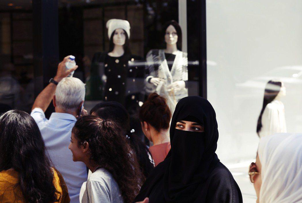 在土耳其經濟危機的近期,許多奢侈品因里拉匯率暴跌而間接「打折」,這也吸引了不少阿...