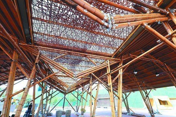 台中花博外埔園區的「輕食竹棚」,全用竹子打造,呈現精緻竹藝工法。