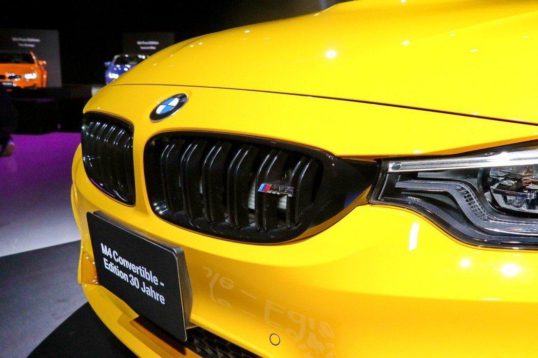 BMW Individual黑色高光澤材質勾勒的水箱護罩及M4銘牌。 記者陳威任...