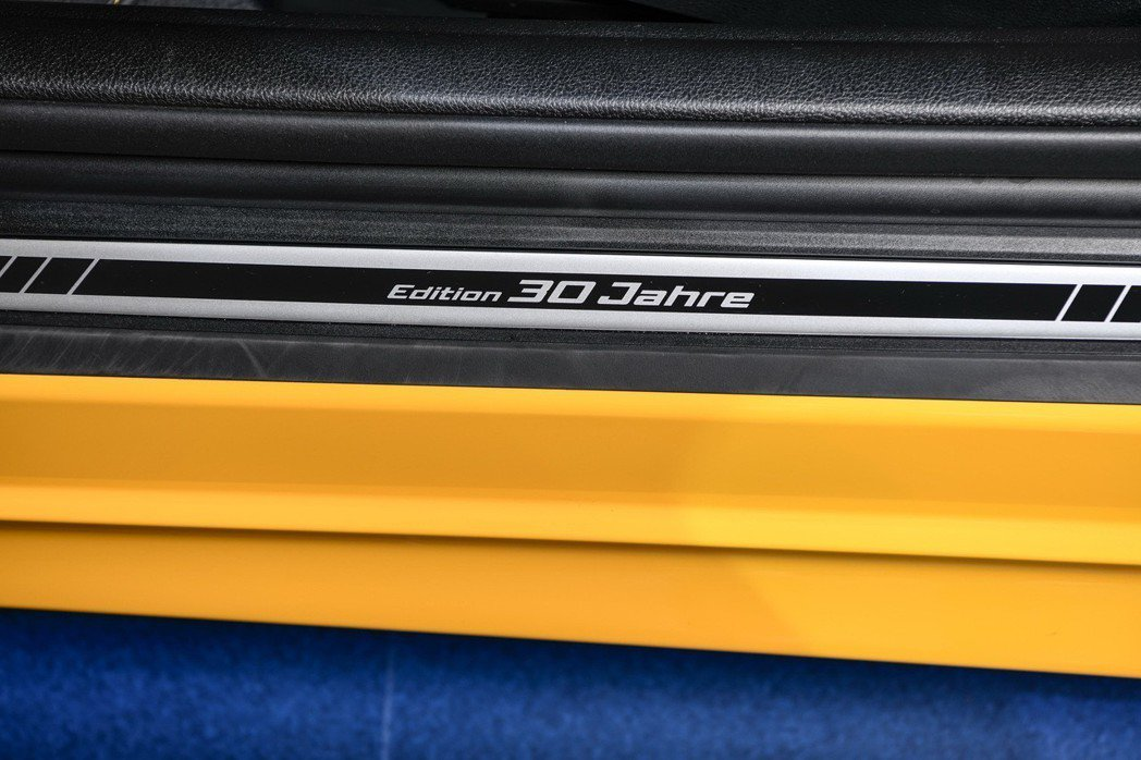 車門檻刻有「30 Jahre Edition」專屬字樣。 圖/汎德提供