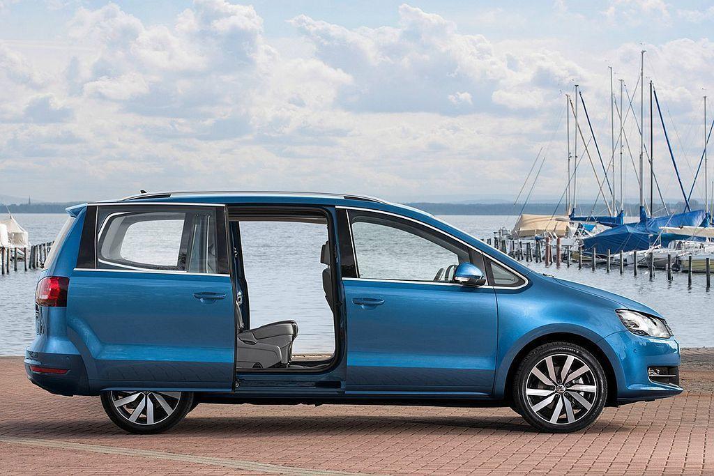 採側滑門設計的福斯Sharan,具備充裕的7人乘坐空間。 圖/Volkswagen提供