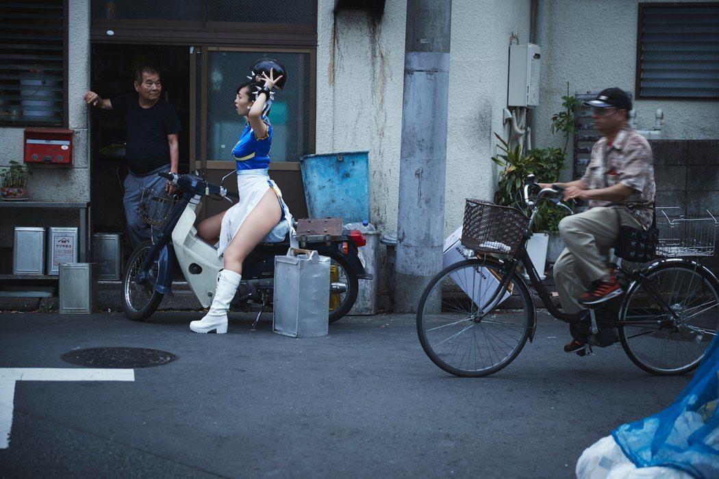春麗騎上摩托車外送。圖/截自日本Red Bull