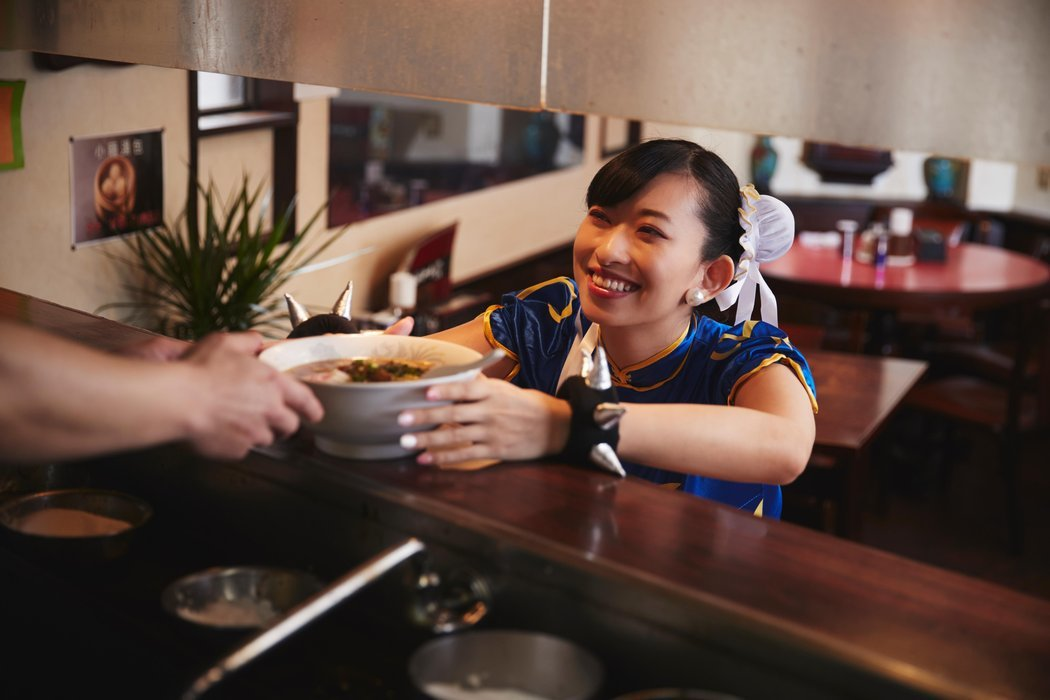 收工後,飽餐一頓犒賞自己。圖/截自日本Red Bull