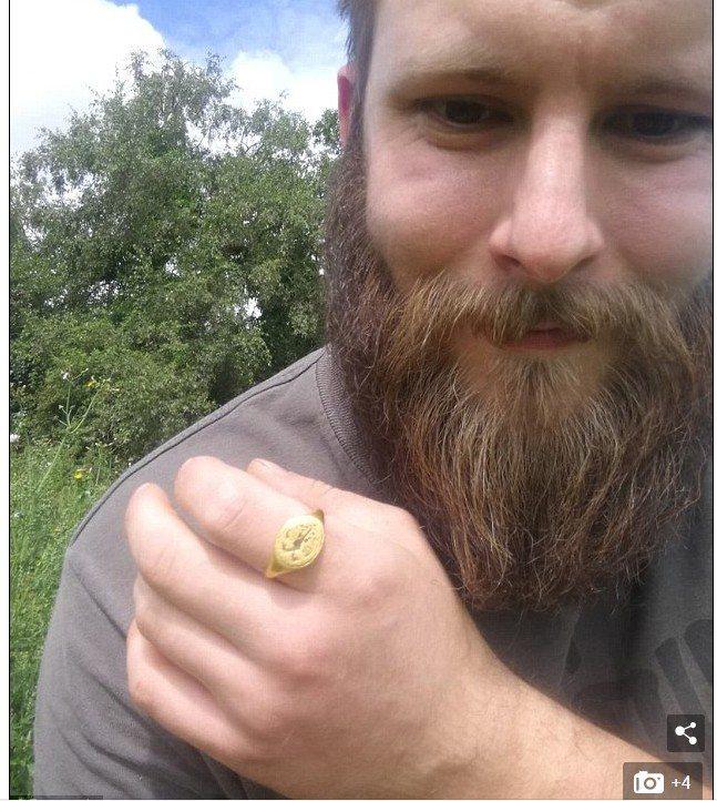男子以為是鐵罐拉環,掘出這東西竟價值40萬新台幣。圖擷自Daily Mail每日...