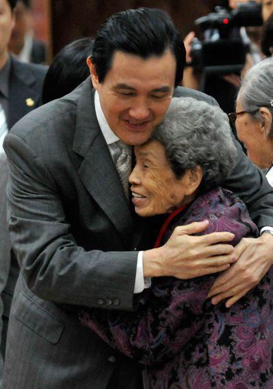 馬英九與鄭陳桃阿嬤相互擁抱,情感流露令人動容。 圖/聯合報系資料照片