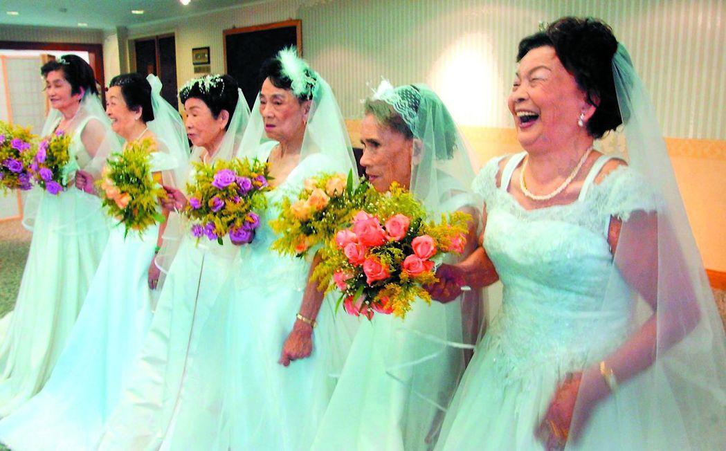 講述慰安婦阿嬤走出心理創傷的「蘆葦之歌」,收有阿嬤穿上婚紗的畫面。 圖/婦援會提...