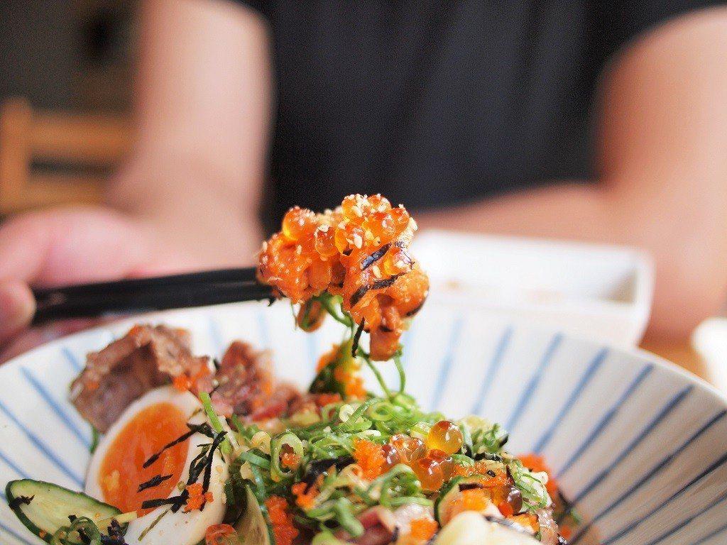 ▲海膽、牛小排、鮭魚卵堪稱完美的組合。(圖/台灣旅行趣)