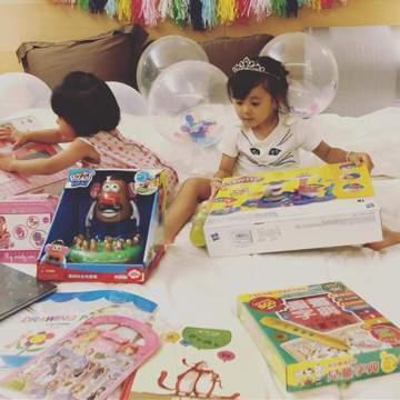 賈靜雯與修杰楷的女兒咘咘14日過3歲生日,賈靜雯po文透露送給女兒2隻小鳥當生日禮物,並說:「這份禮物其實我們也想了很久⋯因為,是生命!就有極大的責任給予照顧。但會開始有這個想法是因為某天,我跟咘咘...