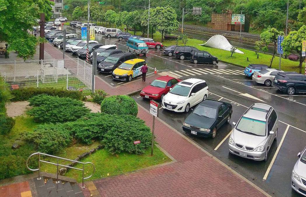 國道服務區,停車位通常都使用斜式。圖為石碇服務區。 圖/高公局提供