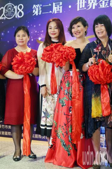 周子瑜媽媽黃燕玲今天出席紋繡藝術大賽開幕式,並主持剪綵儀式。