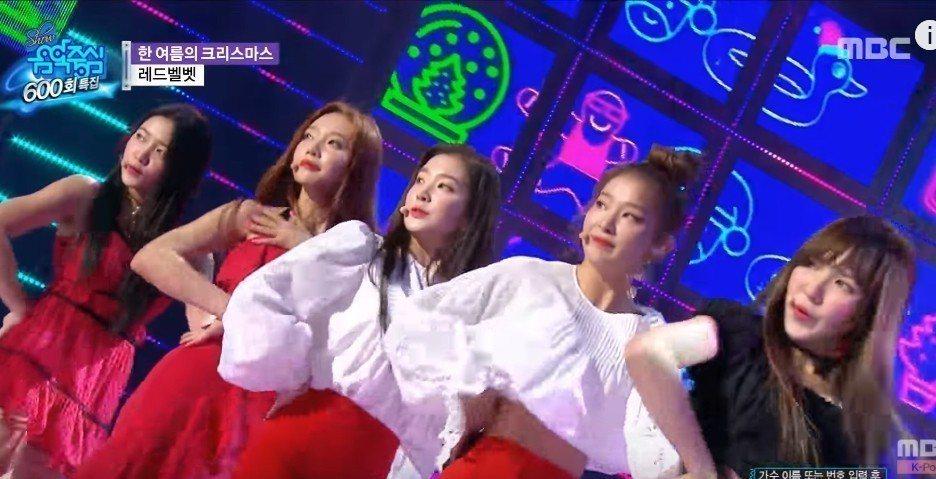 韓女團Red Velvet成員Joy(左2)表演途中裙子的肩帶斷裂,她不慌不忙以...