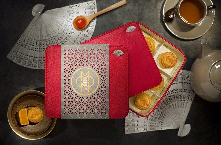 香港置地文華東方酒店的訂製月餅禮盒,饕客每年赴港必搶。圖/香港置地文華東方酒店提...