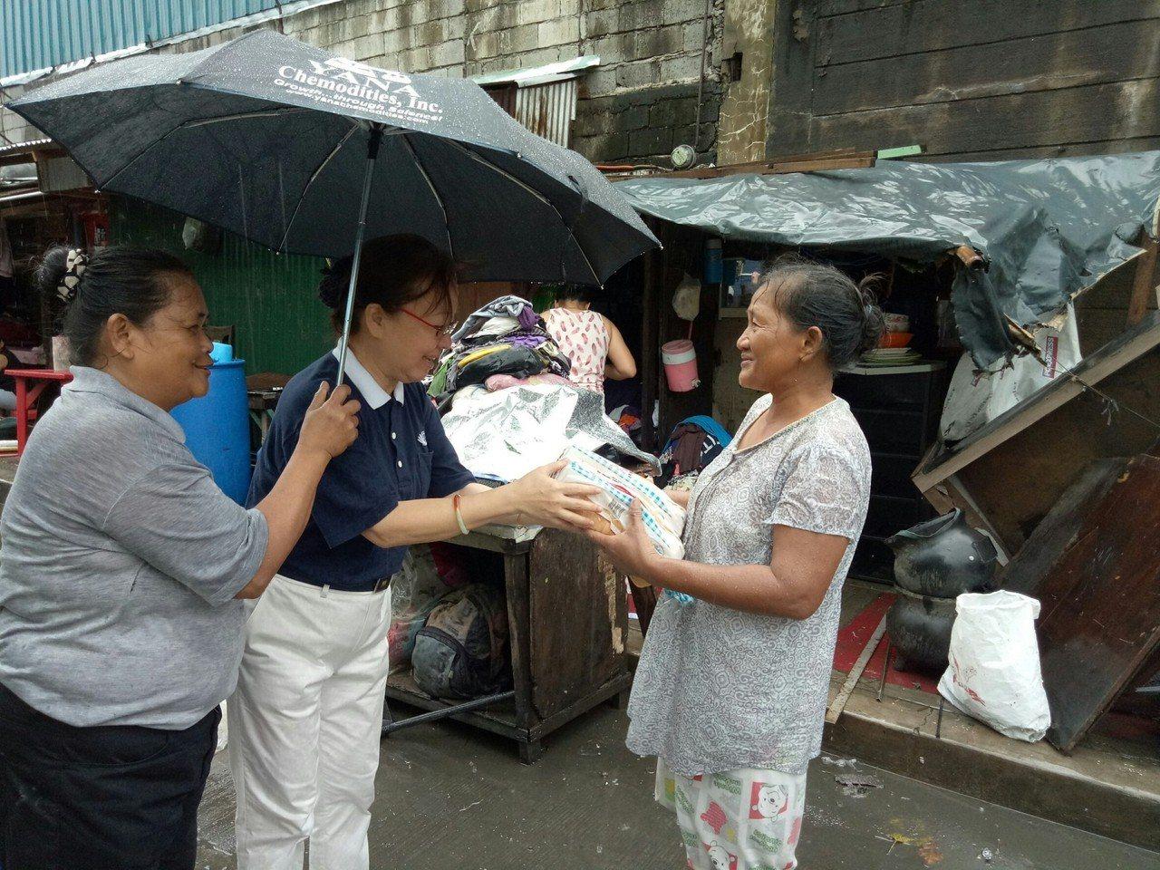 近日菲律賓大馬尼拉地區因大雨淹水,慈濟菲律賓分會立即展開關懷與救援。圖/慈濟基金...