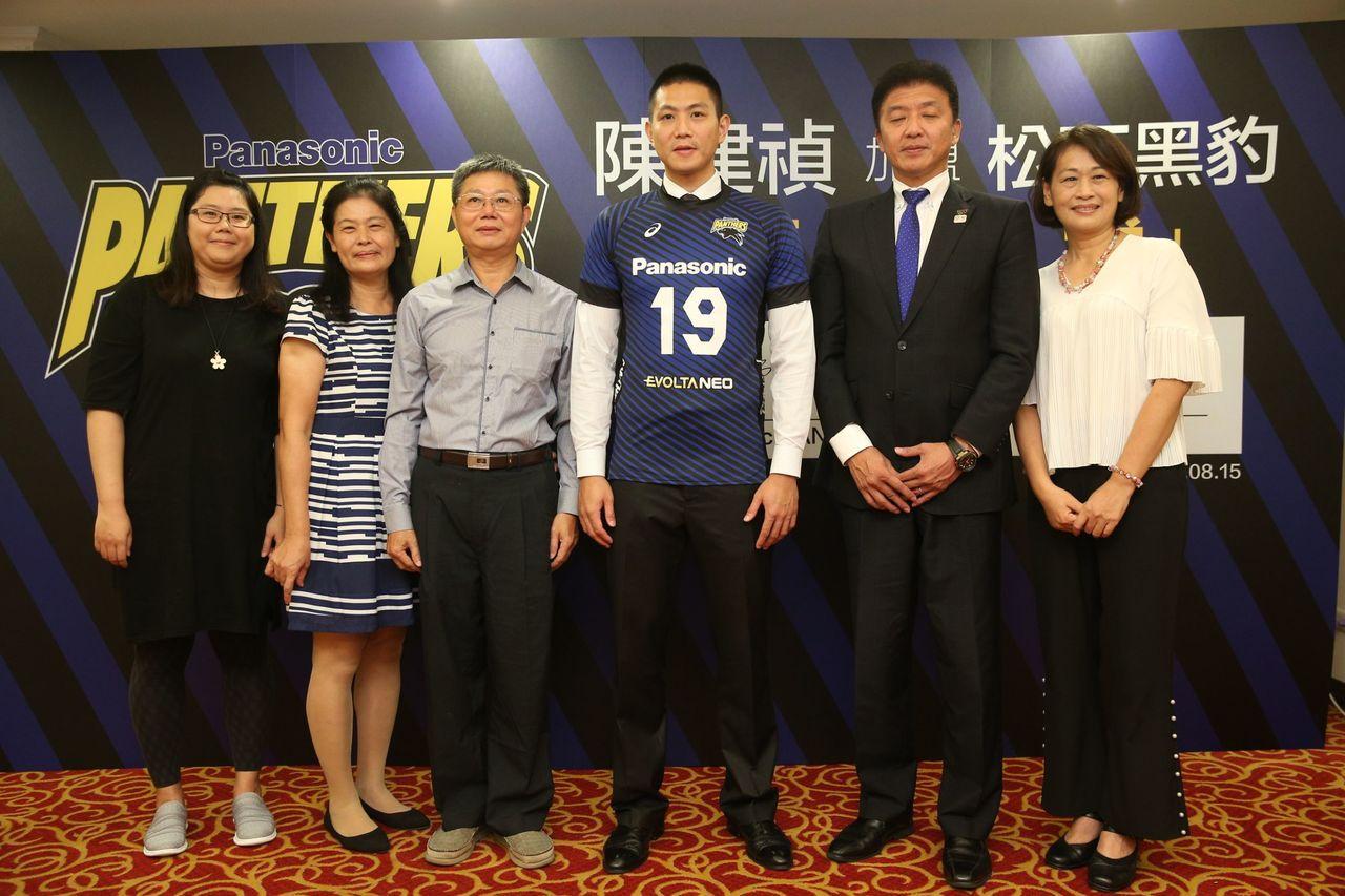 中華男排隊長陳建禎(左四)上午正式加盟松下黑豹,家人一同出席簽約記者會。記者陳正...