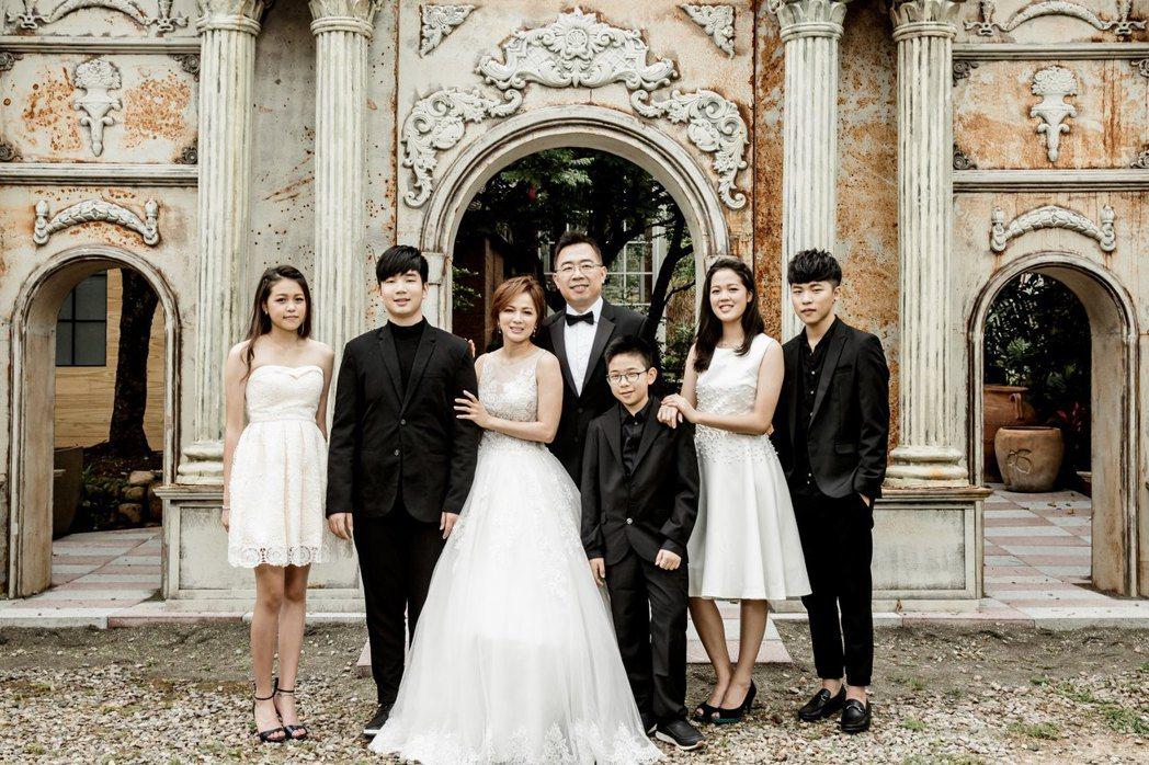 陳施羽(左三)再婚嫁給高嘉聰(左四),一家7口相處和樂。圖/神彩藝藝提供