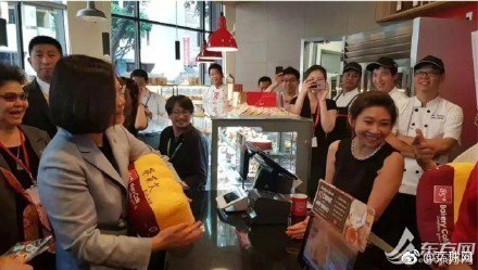 蔡英文總統「同慶之旅」過境美國洛杉磯經過85度C咖啡店。(東方網)