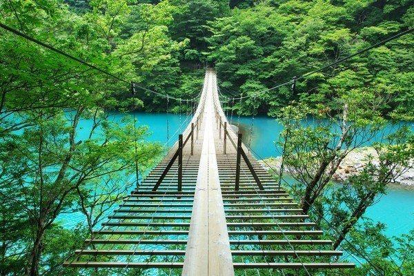 「夢之吊橋」傳說只要情侶一同前往橋中央許願就能保佑戀愛成功。圖/樂天旅遊提供