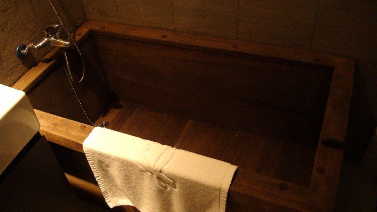 阿里山舊事所有一間房舍保留當年檜木浴盆陳設。記者謝恩得/攝影