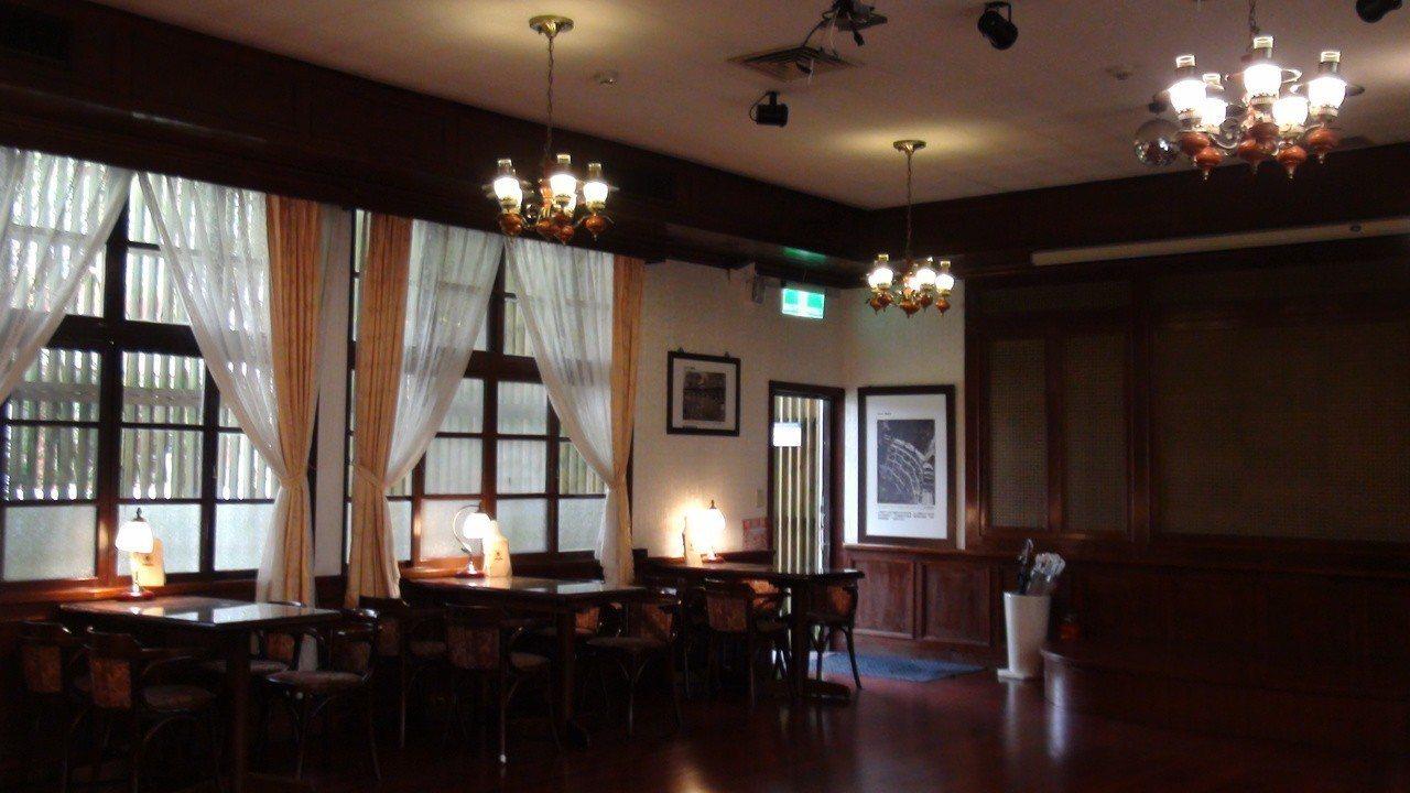 保留懷舊風的咖啡廳。記者謝恩得/攝影