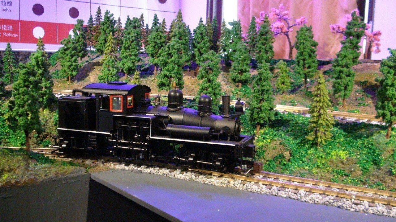 阿里山火車活動式模型,展示180度彎道和之字型上下山。記者謝恩得/攝影