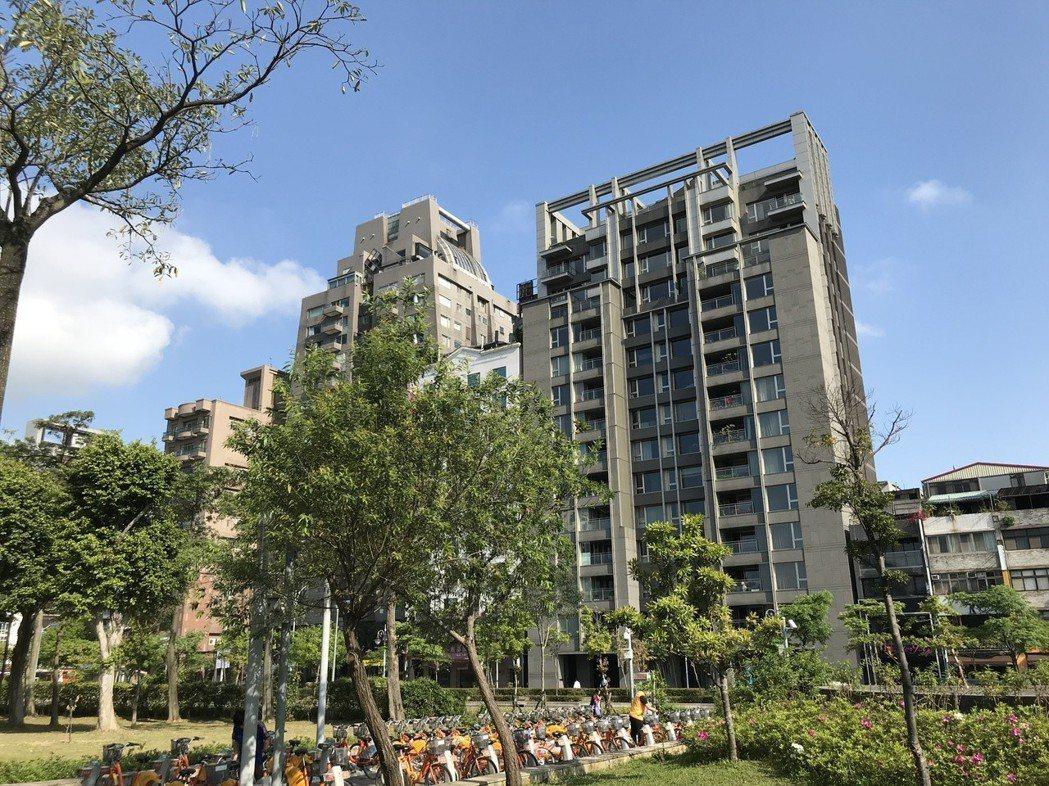 大安森林公園高價宅「安峰」今年4月交易11樓戶,總價為1.8億元,若以400萬元...