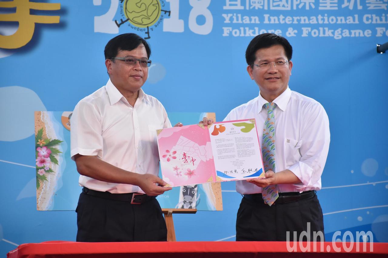 余聯興(左)與林佳龍(右)簽署台中宣言。記者江婉儀/攝影
