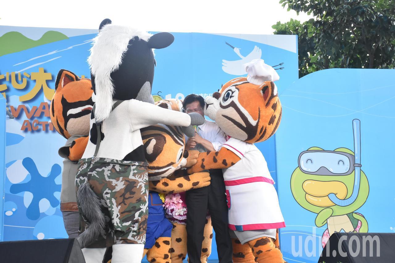 台中市長林佳龍(右二)被花博石虎家族緊緊擁抱。記者江婉儀/攝影