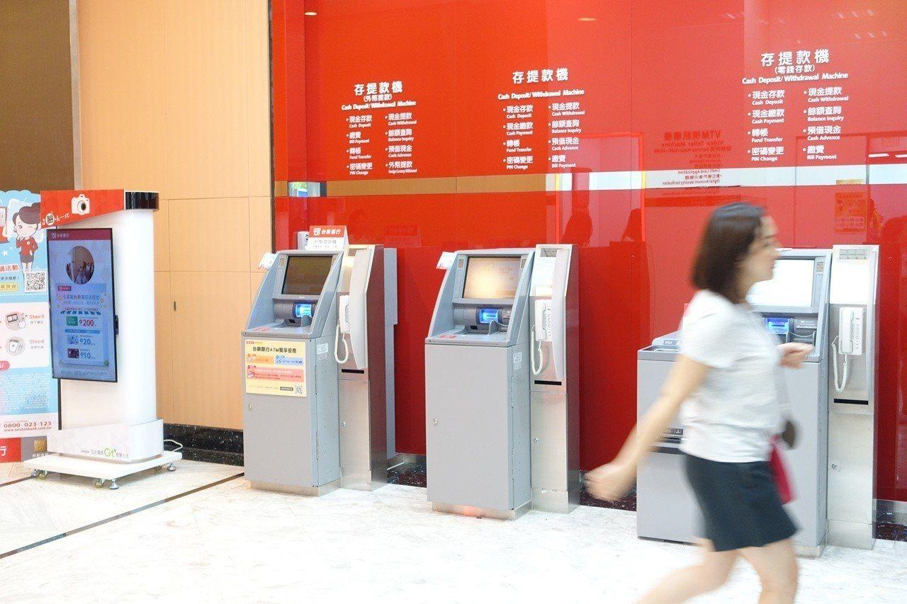 全家台鑫店進駐台新銀行,提供VTM視訊櫃檯、外幣ATM、零錢存款機。記者沈佩臻/...