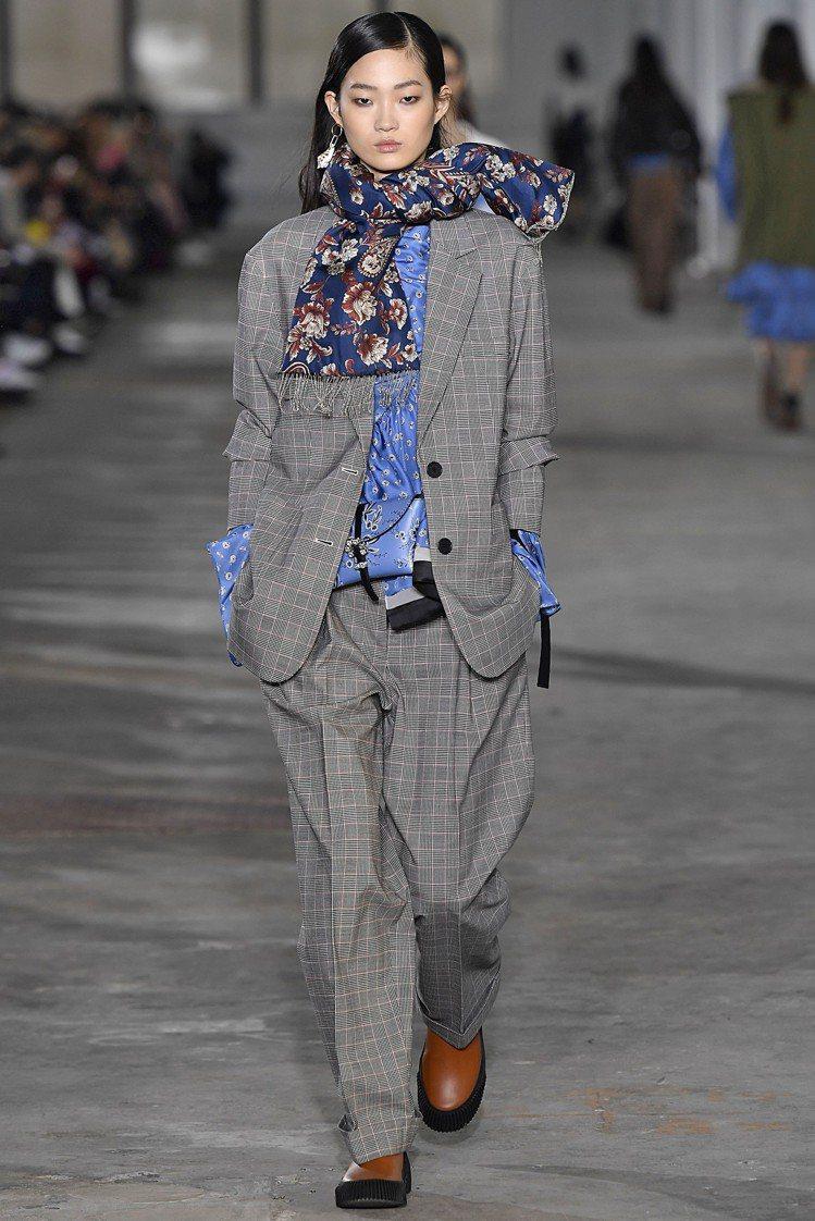 黑白格紋寬版西裝外套34,000元、絲質多層次雛菊印花上衣21,500元、絲質印...