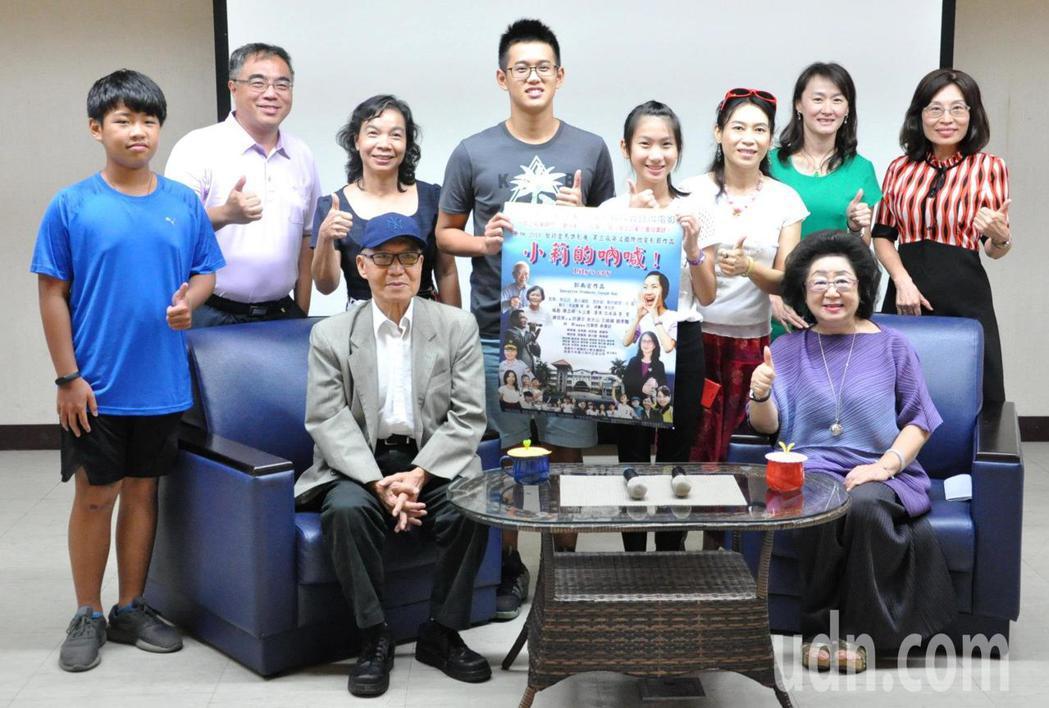 導演郭南宏(前左)以高雄人事物為背景,拍攝完成第一部微電影「小莉向前跑」,在高雄...