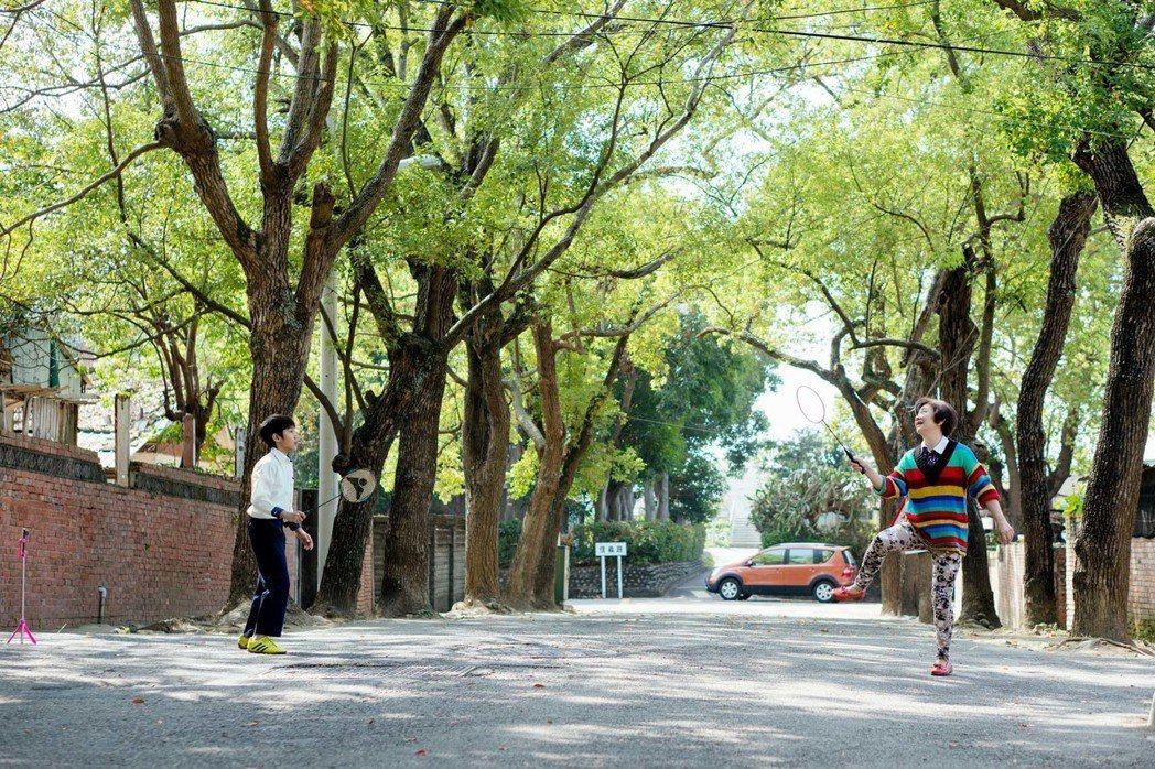 吳至璿(左)和鮑起靜打羽球的一場戲,導演表示鮑起靜當天抱病上戲。圖/華映娛樂提供