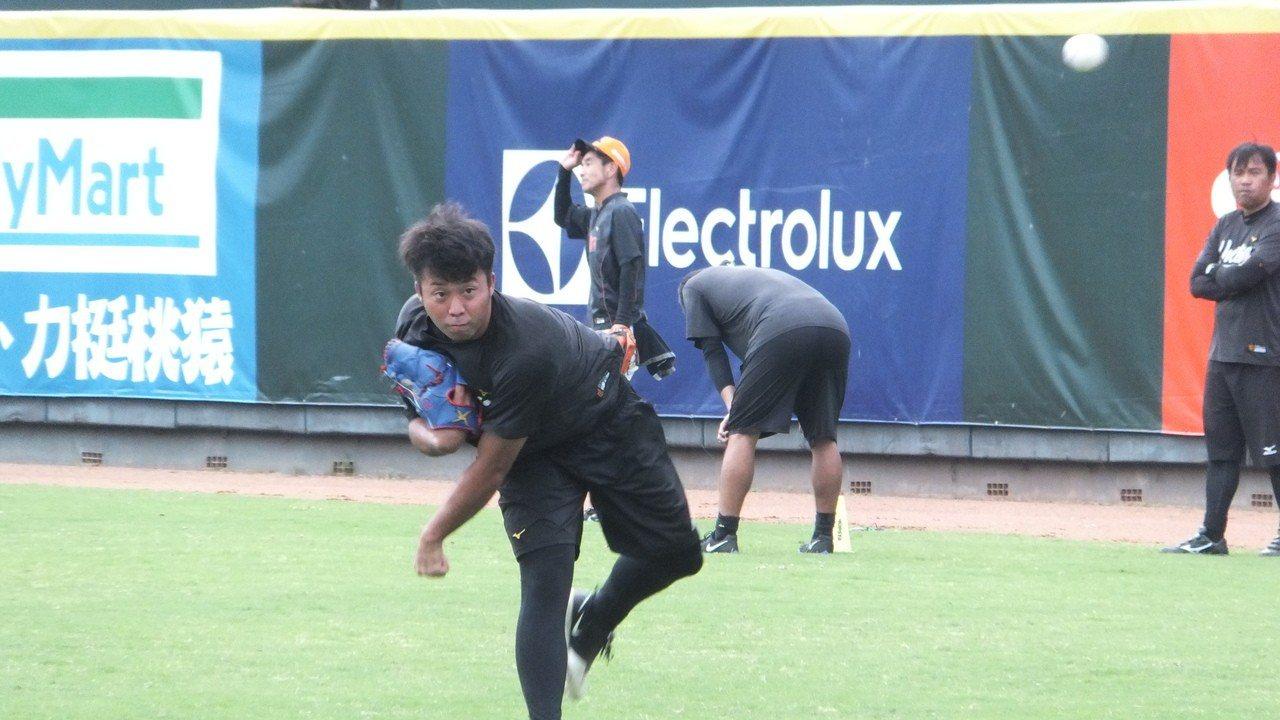 獅隊日籍投手知念廣彌已隨一軍練球,8月底前有機會亮相。記者藍宗標/攝影