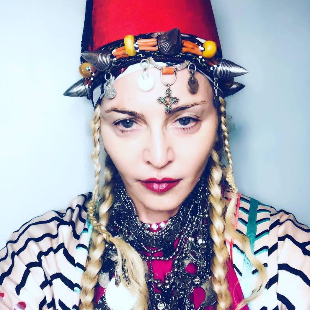 瑪丹娜發布60大壽前的預告照,自嘲把蛋糕戴在頭上。圖/摘自Instagram