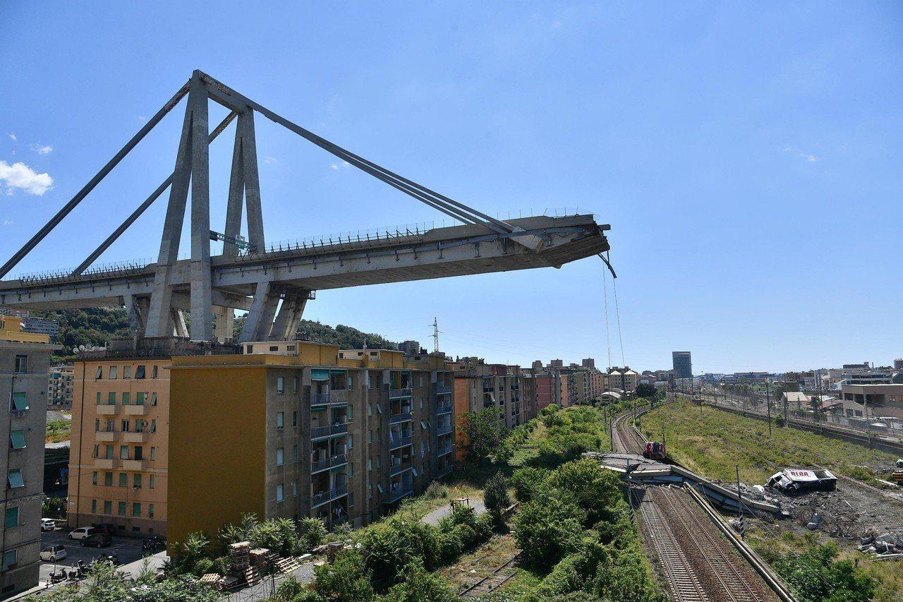 義大利熱那亞的莫蘭迪高架橋14日崩塌,殘餘橋面看來怵目驚心。(美聯社)
