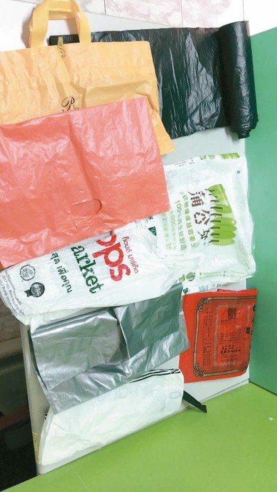 宜蘭縣環保局推動使用透明垃圾袋,下月1日上路,圖中為不可使用的不透明垃圾袋。 圖...