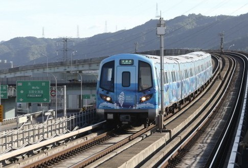 桃園機場捷運目前也有自助託運行李服務,但只有台北車站有6個自助行李託運台。圖/聯...