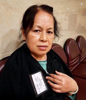 RCA前員工吳阿甜因病拿掉卵巢與子宮,她控訴公司提供的飲用水有股怪味,工作焊錫吸...
