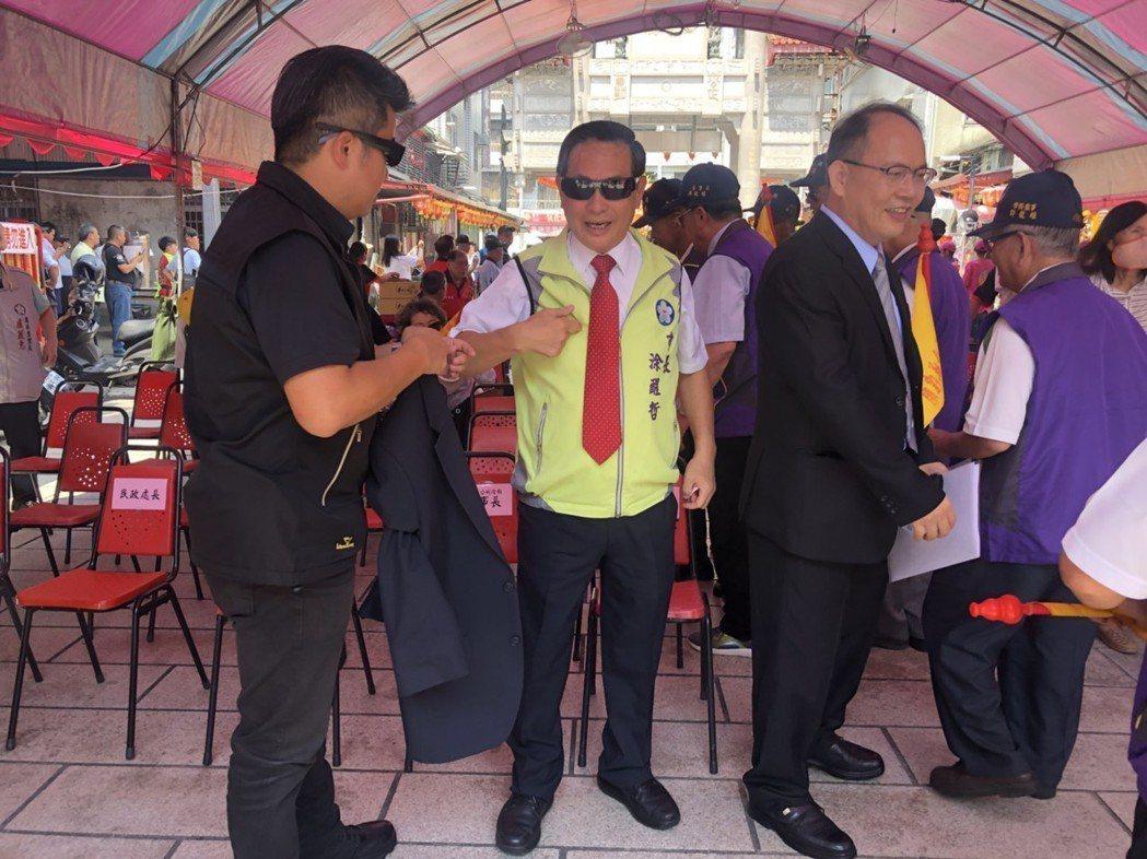 嘉義市長涂醒哲(中)和隨扈趙峯志(左)有默契,涂使一個眼神,他就知道市長想法。...