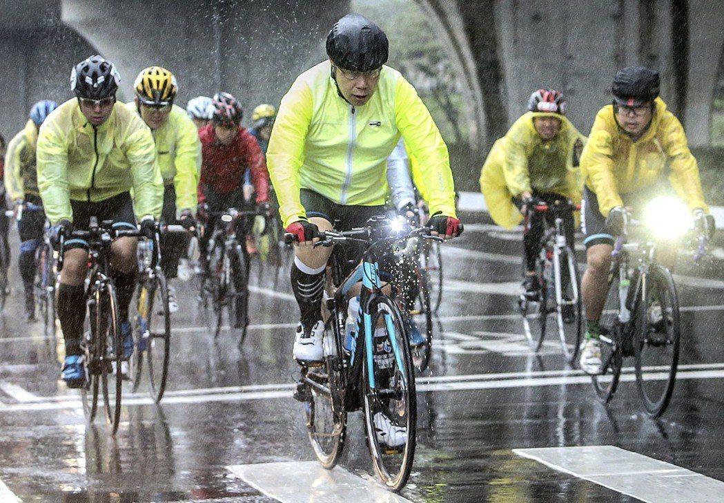 台北市長柯文哲(中)2016年騎單車挑戰「一日雙塔」,隨扈全程陪騎且要兼顧維安,...