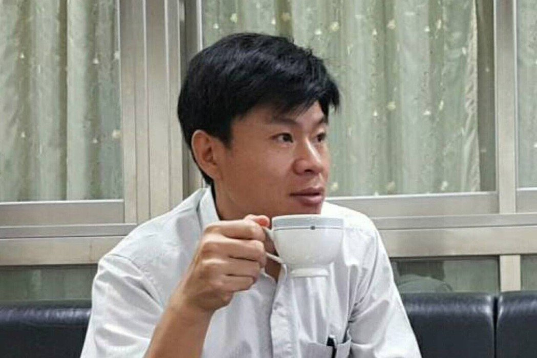 嘉義市議長蕭淑麗的隨扈李國安表示,隨蕭到民眾家拜訪時,若對方有養狗,他會走在前頭...