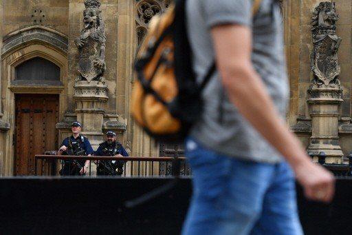 英國倫敦國會大廈附近14日疑似發生恐攻後,15日國會大廈外有武裝警察駐守。 (法...
