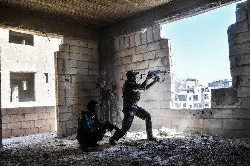 2017年9月的檔案照顯示,反抗軍「敘利亞民主力量」的軍人向IS戰士發動攻擊,試...