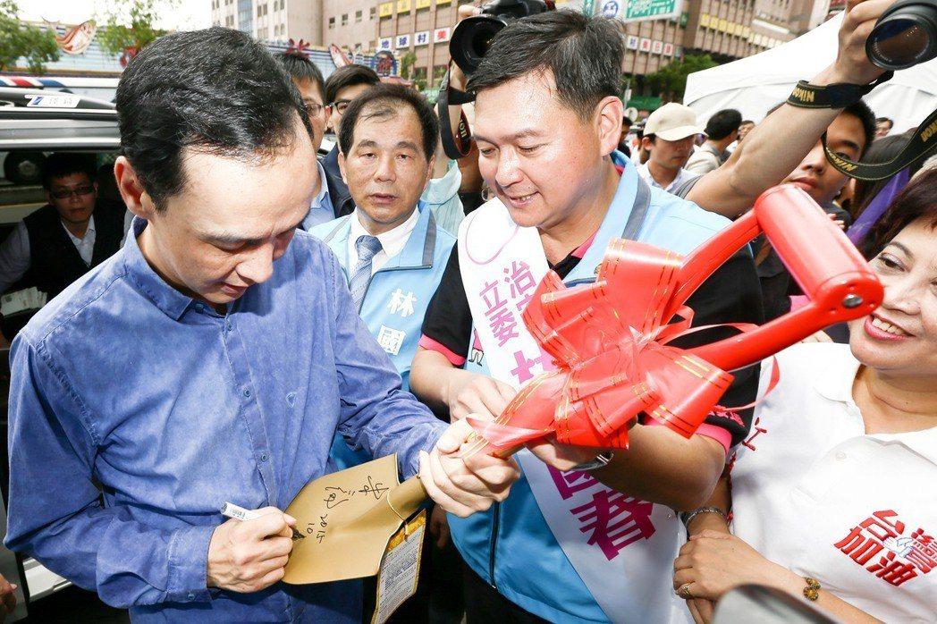 新北市長朱立倫(左一)的隨扈會隨身帶麥克筆,供朱為來賓和民眾簽名。 圖/聯合報系...