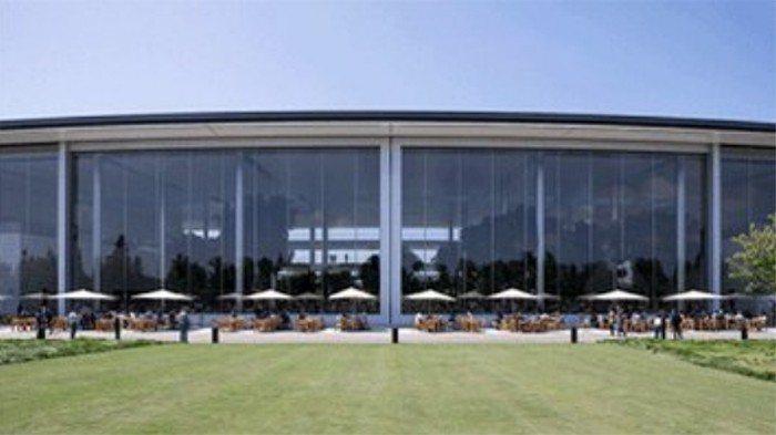蘋果新總部園區Apple Park員工餐廳的兩扇巨大落地自動門。 圖/截自蘋果執...