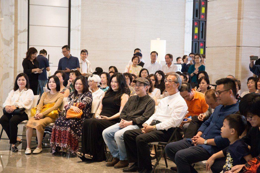 皇苑建設董事長郭敏能(第一排著白襯衫)邀請藝術家岑龍來高雄舉辦個展。 攝影/張世...