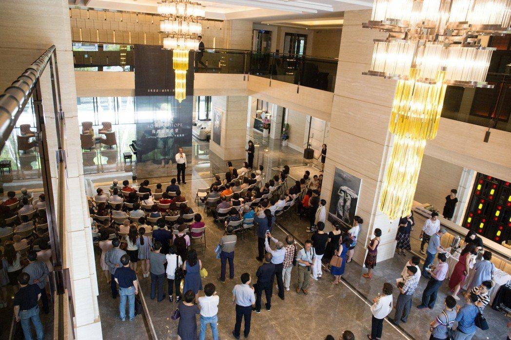 「皇苑御寶」展出中國藝術家岑龍作品,現場吸引許多皇苑住戶前來欣賞。 攝影/張世雅
