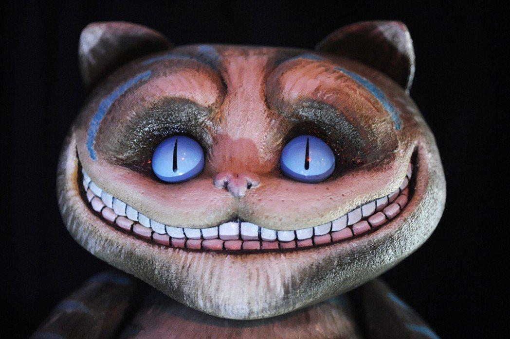 名著《愛麗絲夢遊仙境》中的柴郡猫,其形象來源為當地俗語「笑得跟柴郡貓一樣」。 圖...